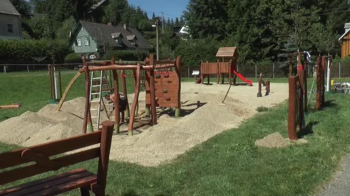 Mníšek láká na obnovené dětské hřiště v Zadní ulici