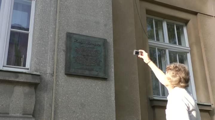 Na jablonecké ZUŠ odhalili pamětní desku Roberta Hemmricha