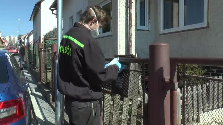 Českolipští hasiči pomáhají s rozvozem roušek a dezinfekcí